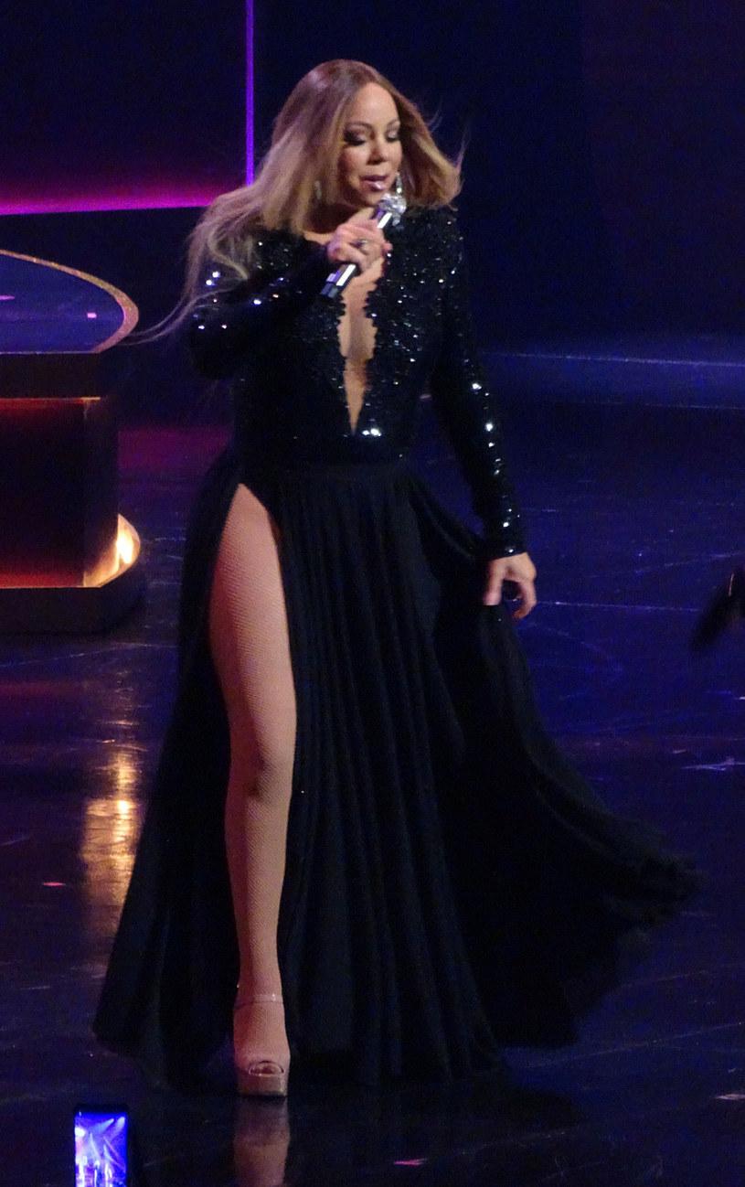 Mariah Carey postawiła na dekolt i rozcięcie /Splash News /East News
