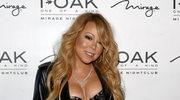 Mariah Carey pozuje przy choince
