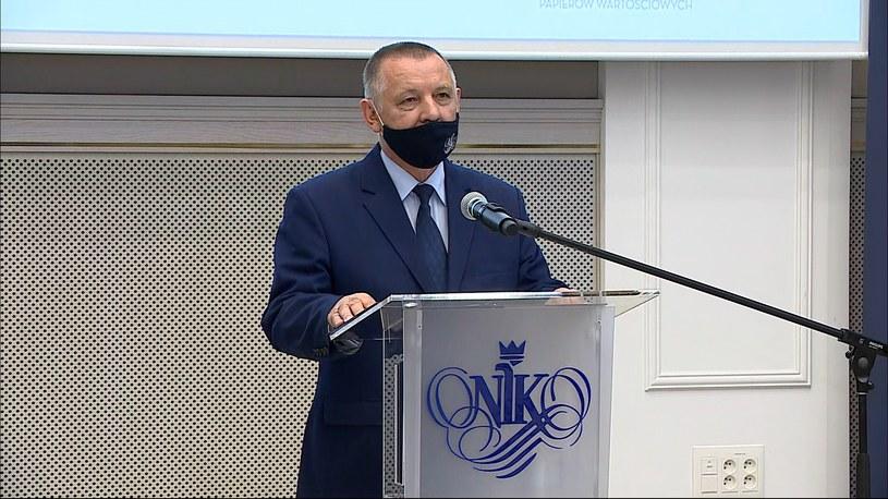 """Marian Banaś prezentuje raport NIK ws. wyborów """"kopertowych"""" /Polsat News /Polsat News"""