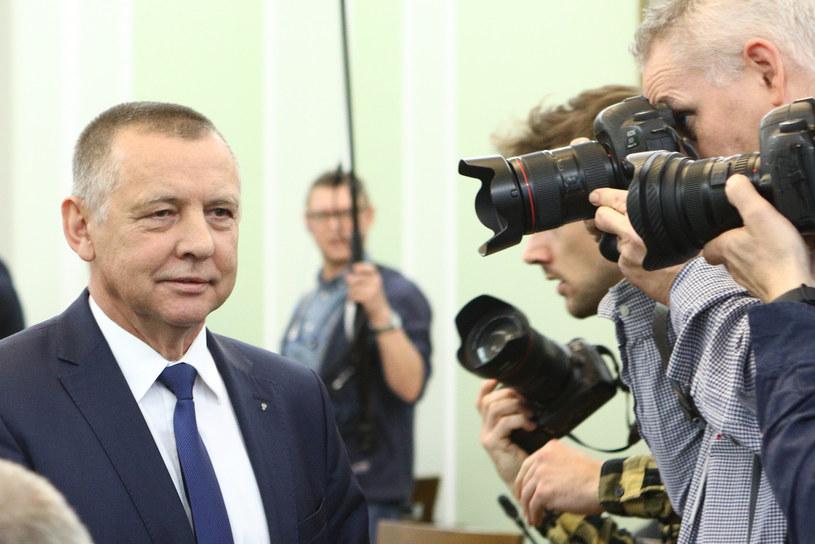 Marian Banaś w otoczeniu fotoreporterów /Tomasz Jastrzębowski /Reporter