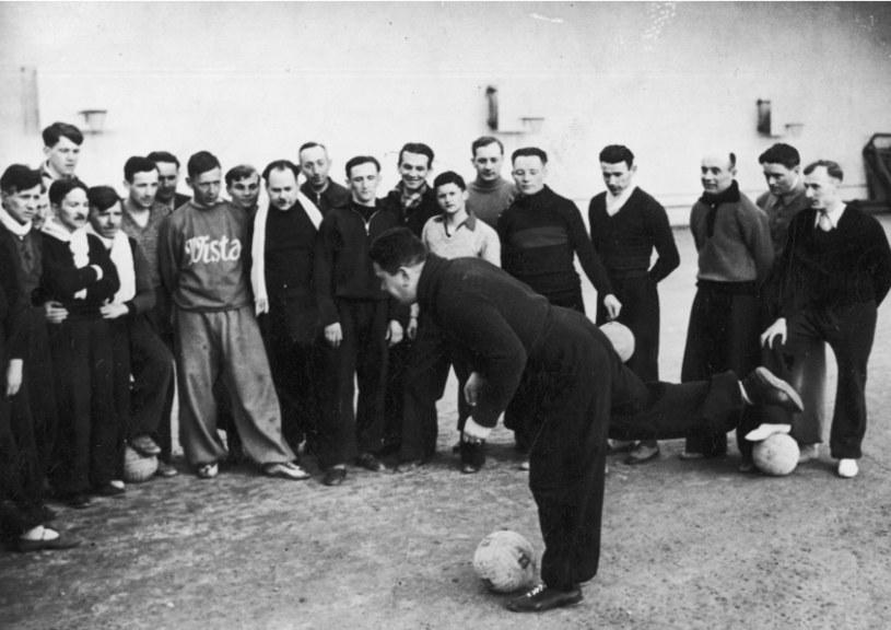Marian Spoida prezentuje piłkarzom prawidłowe uderzenie piłki. Rok 1939 /NAC /INTERIA.PL