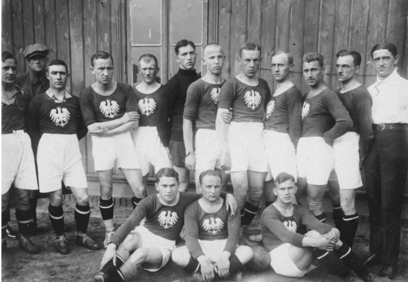 Marian Spoida (siedzi pierwszy z prawej) przed meczem Polska-Turcja w Łodzi w 1924 roku /Interia.pl /INTERIA.PL