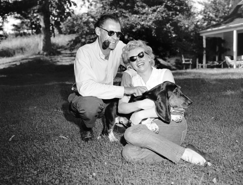 Marilyn Monroe i Arthur Miller ze swoim psem w domu Roxbury (1956), fot. Seymour Wally /NY Daily News /Getty Images