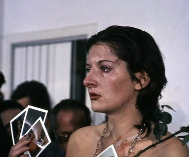 """Marina Abramović: artystka obecna"""