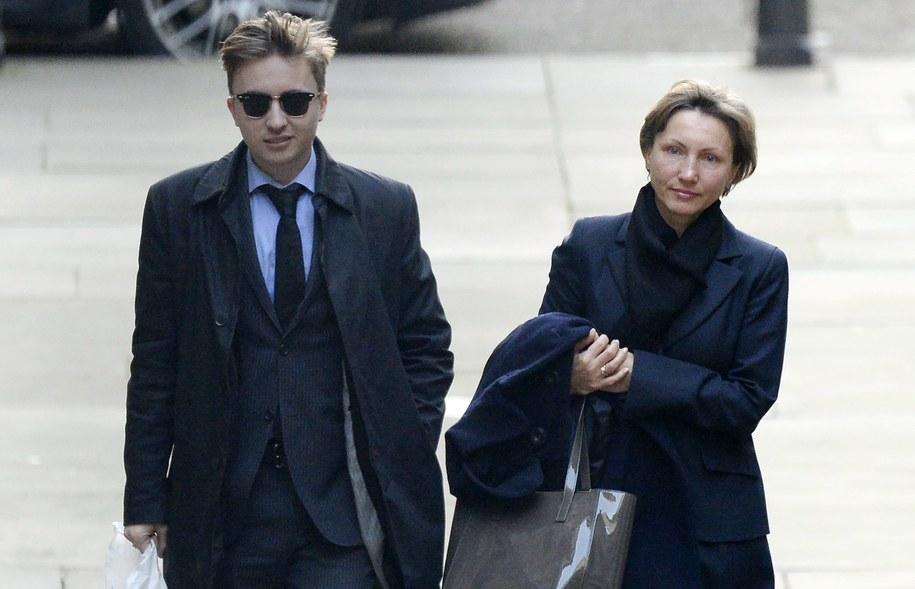 Marina Litwinienko z synem Anatolijem w drodze do sądu /FACUNDO ARRIZABALAGA /PAP/EPA
