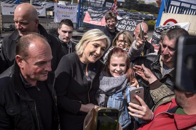 Marine Le Pen robiła sobie m.in. zdjęcia z pracownikami fabryki /PAP/EPA