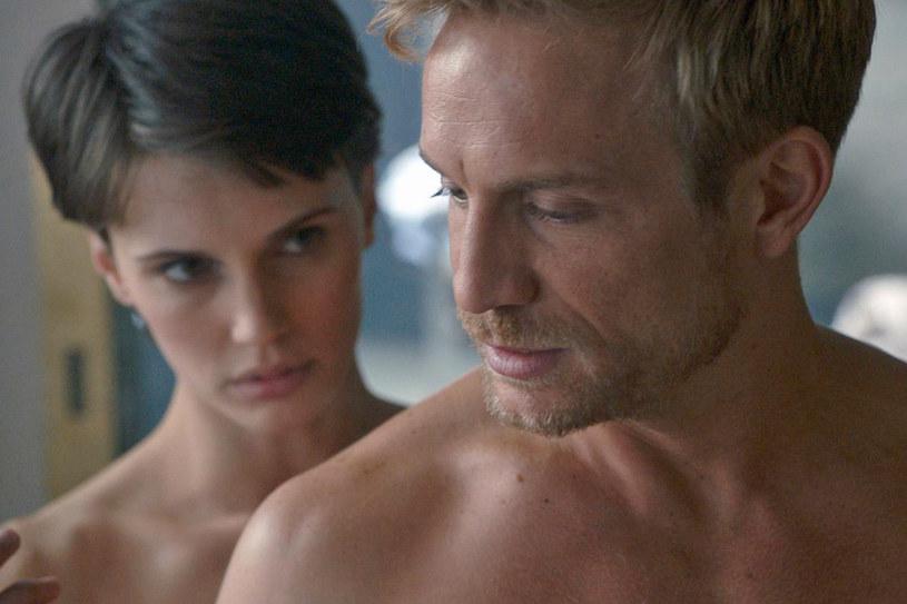"""Marine Vacth i Jérémie Renier w jednej z wielu erotycznych scen, jakie można zobaczyć w """"Podwójnym kochanku"""" /materiały dystrybutora"""