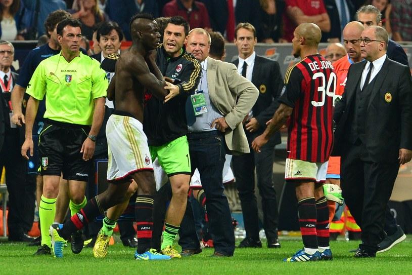 Mario Balotelli (bez koszulki) po otrzymaniu czerwonej kartki /AFP