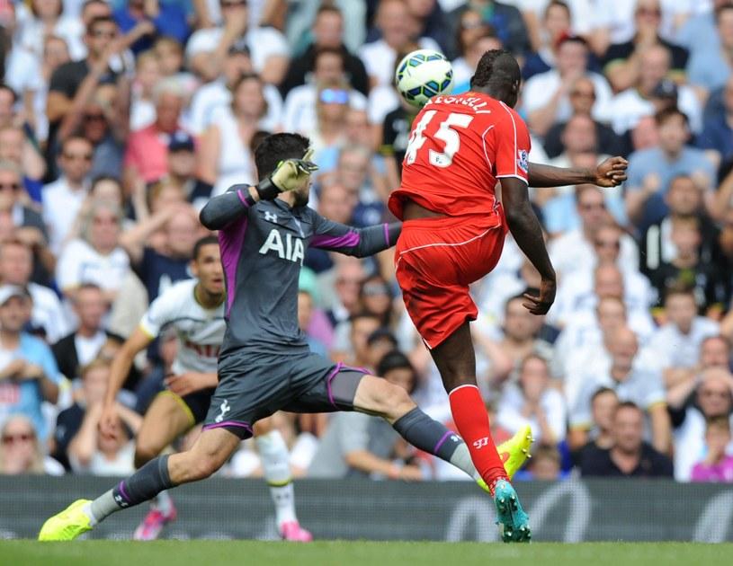 Mario Balotelli kontra bramkarz Tottenhamu Hugo Lloris /AFP