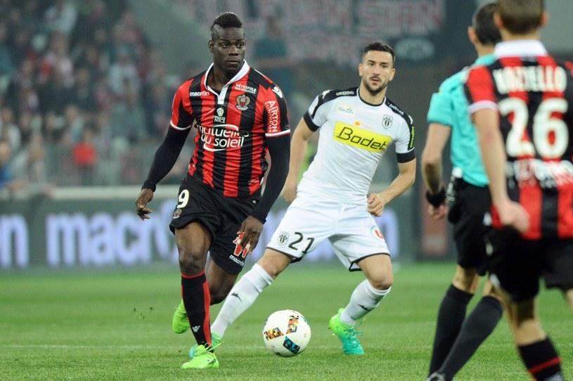 Mario Balotelli (pierwszy z lewej) w jednym z meczów /FRANCK PENNANT /AFP/INTERIA.PL