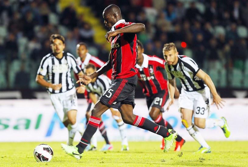 Mario Balotelli strzela karnego dla Milanu w meczu ze Sieną /AFP