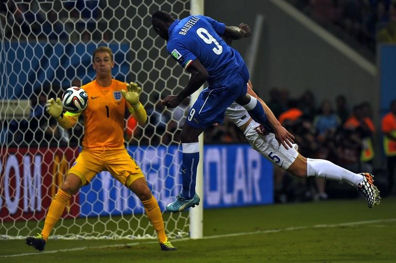 Mario Balotelli strzela zwycięskiego gola dla Włochów w meczu z Anglią /AFP