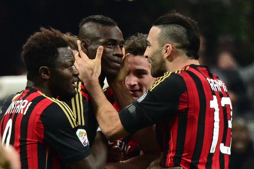 Mario Balotelli w objęciach kolegów po kapitalnej bramce w meczu Milanu z Bologną /AFP