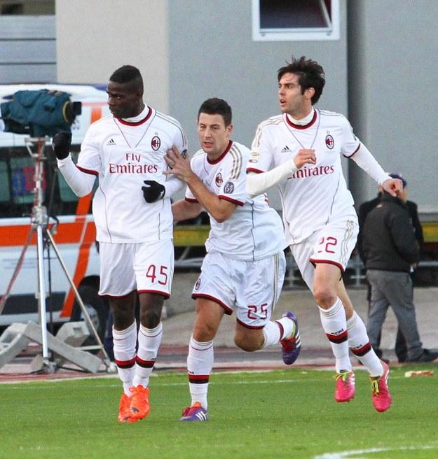 Mario Balotelli z kolegami po zdobyciu bramki w meczu z Cagliari /PAP/EPA