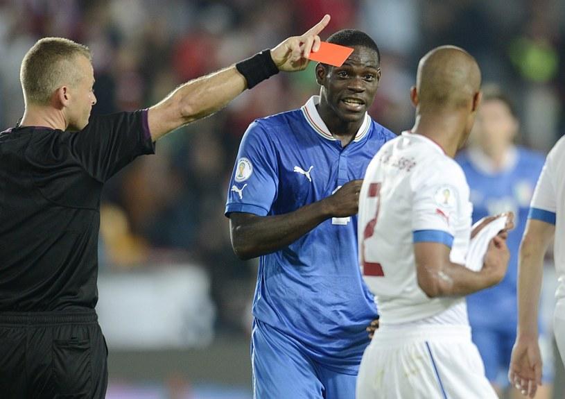 Mario Balotelli zobaczył czerwoną kartkę w meczu Włochów z Czechami /PAP/EPA