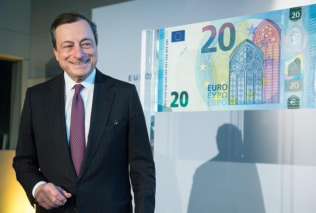 Mario Draghi, prezes EBC, prezentuje nowy banknot 20 euro /EPA