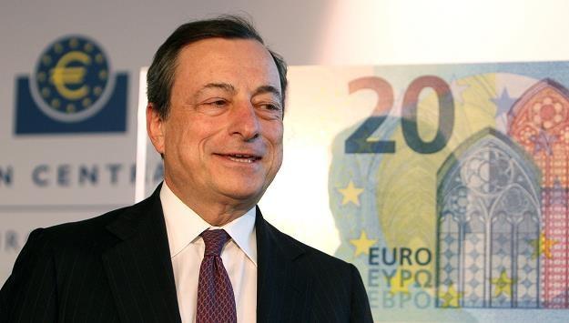 Mario Draghi, prezes EBC, prezentuje nowy banknot 20 euro /AFP