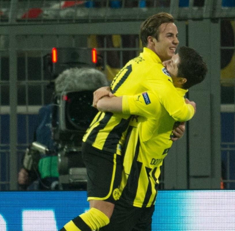 Mario Goetze przed momentem zdobył gola po podaniu Roberta Lewandowskiego. Cieszą się razem po tej akcji. /AFP