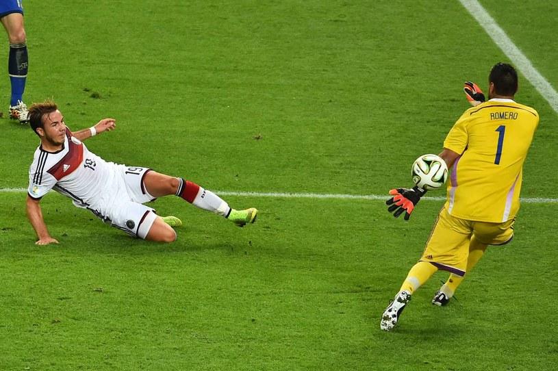Mario Goetze strzela gola w finale mistrzostw świata w Brazylii /AFP