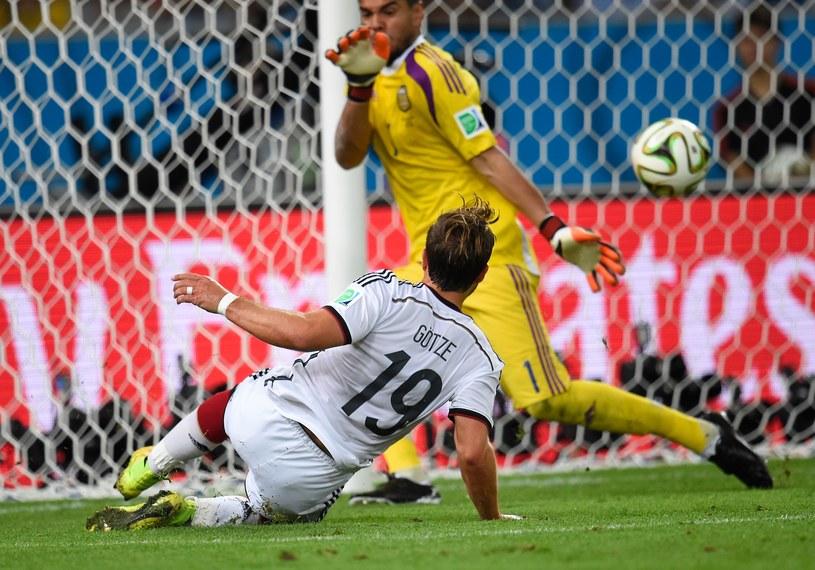 Mario Goetze strzela zwycięskiego gola dla Niemiec w finale mundialu /AFP