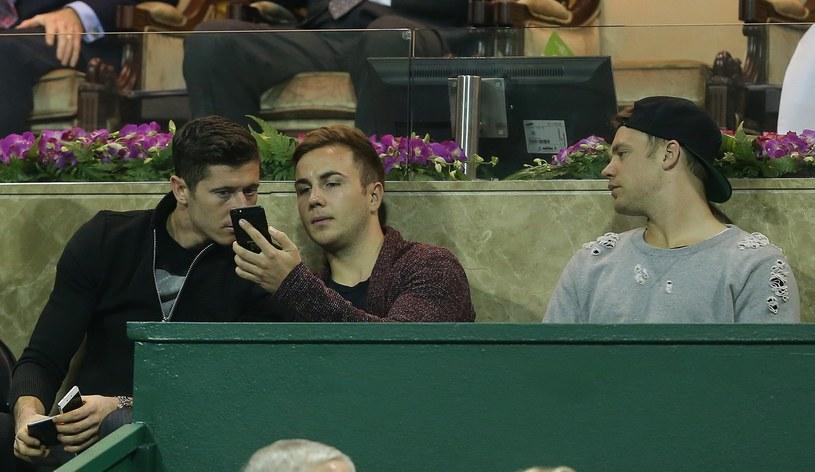 Mario Goetze (w środku) obok kolegów z Bayernu - Roberta Lewandowskiego i Mauela Neuera /AFP