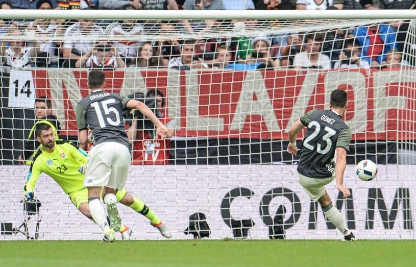 Mario Gomez strzela gola z rzutu karnego /PAP/EPA