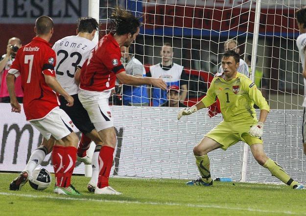 Mario Gomez strzela pierwszego gola dla Niemiec w meczu z Austrią /AFP