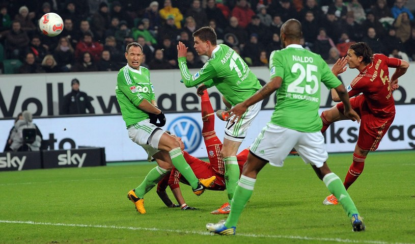 Mario Mandżukić strzela gola dla Bayernu Monachium w meczu z VfL Wolfsburg /PAP/EPA