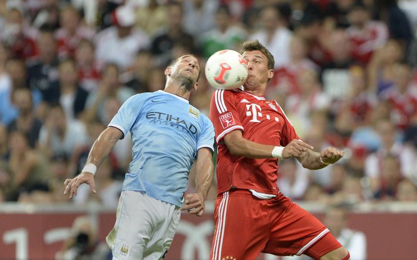 Mario Mandżukić z Bayernu (z prawej) i Pablo Zabaleta z Manchesteru City /AFP