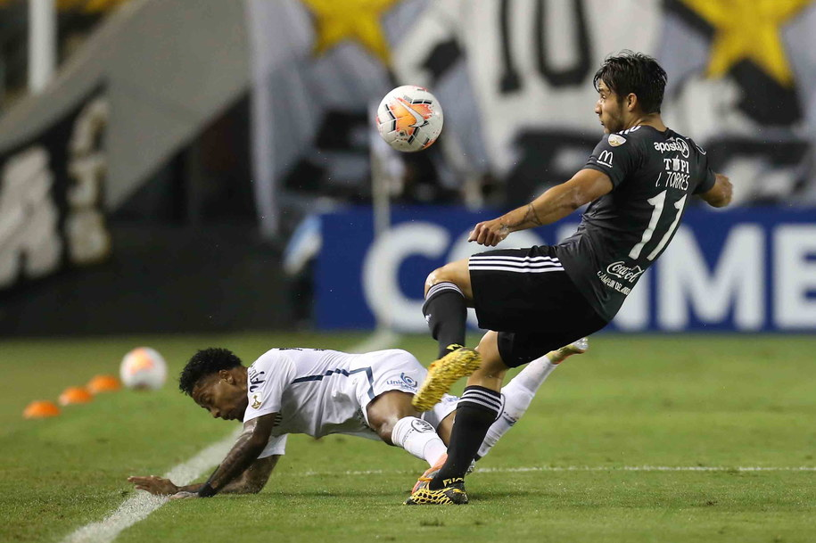 Mario Santos z brazylijskiego Santos i Ivan Torres z paragwajskiej Olimpii w meczu Copa Libertadores /Guilherme Dionizio/POOL /PAP/EPA