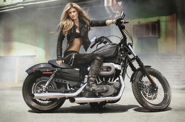 Marisa Miller i motocykl Harley-Davidson /East News