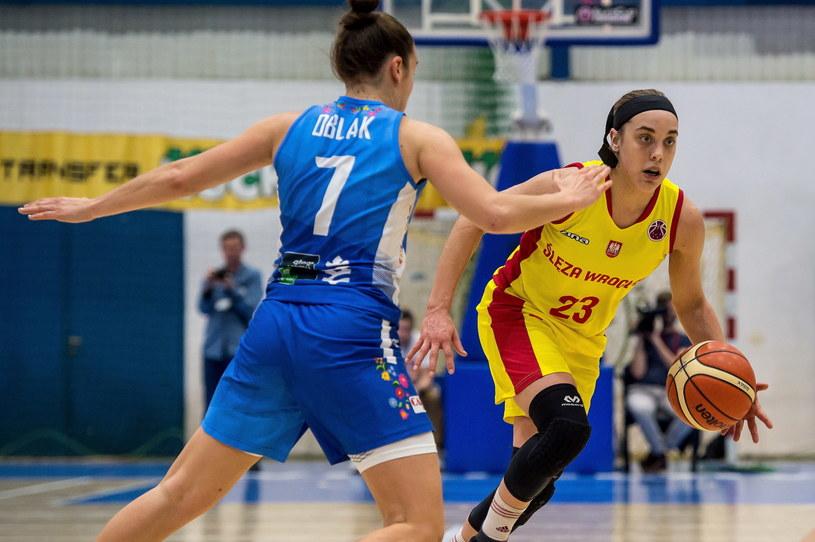 Marissa Kastanek (z prawej) w meczu z KSC Szekszard / Maciej Kulczyński    /PAP