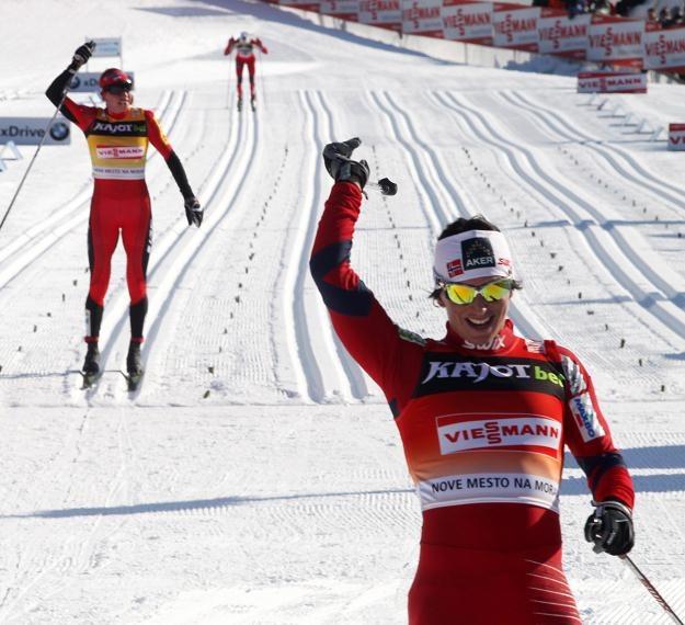 Marit Bjoergen fetuje zwycięstwo. Za nią Justyna Kowalczyk fot: Grzegorz Momot /PAP