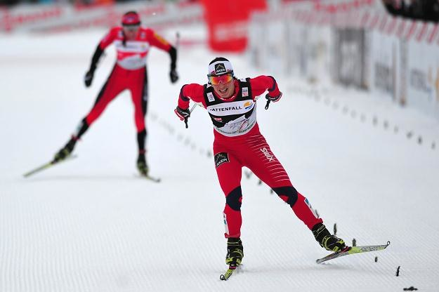 Marit Bjoergen finiszuje przed Justyną Kowalczyk /AFP