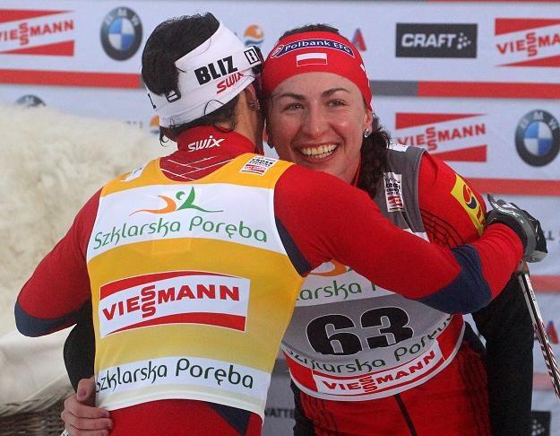 Marit Bjoergen gratuluje Justynie Kowalczyk zwycięstwa. Fot.Grzegorz Momot. /PAP