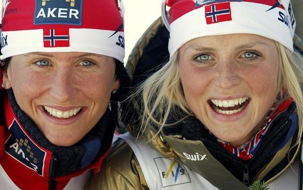 Marit Bjoergen (z lewej) i Therese Johaug zdobyły w Oslo medale /AFP
