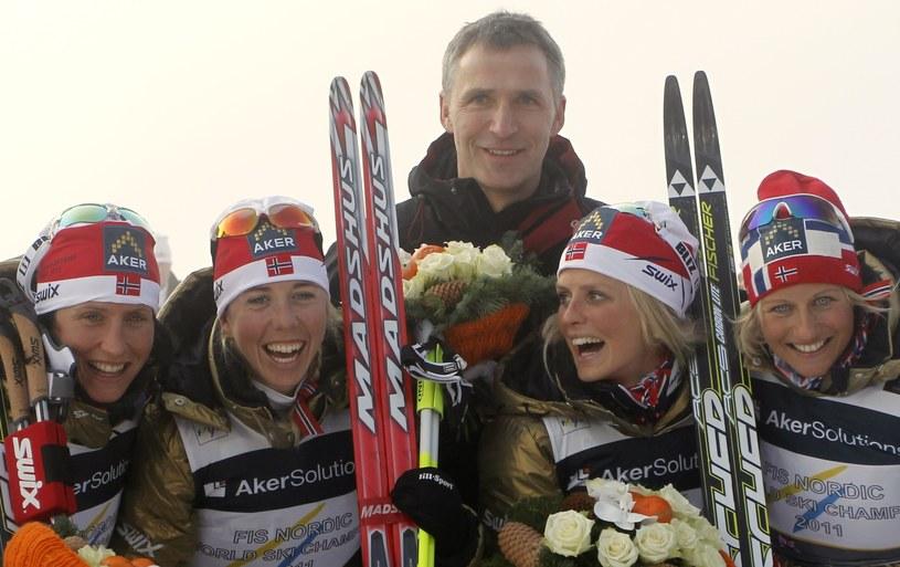 Marit Bjoergen z lewej, z tyłu premier Jens Stoltenberg /AFP