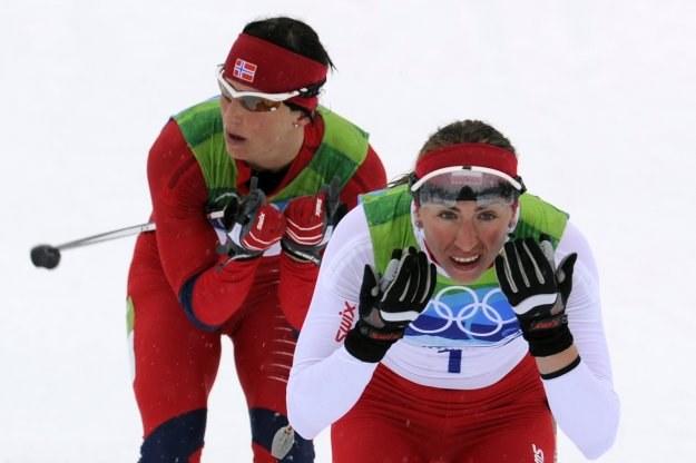 Marit Bjoergen (z tyłu) i Justyna Kowalczyk /AFP