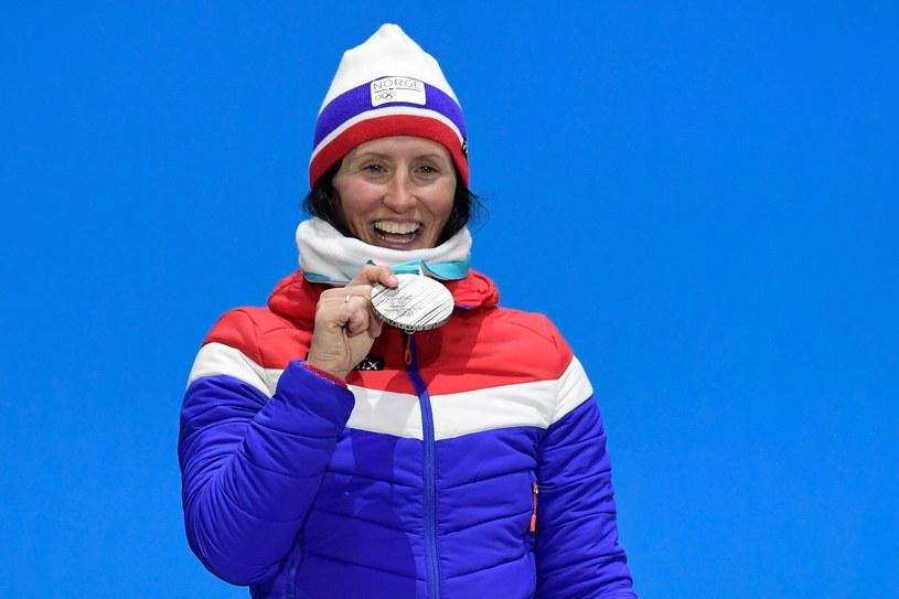 Marit Bjoergen ze srebrnym medalem w Pjongczangu /AFP
