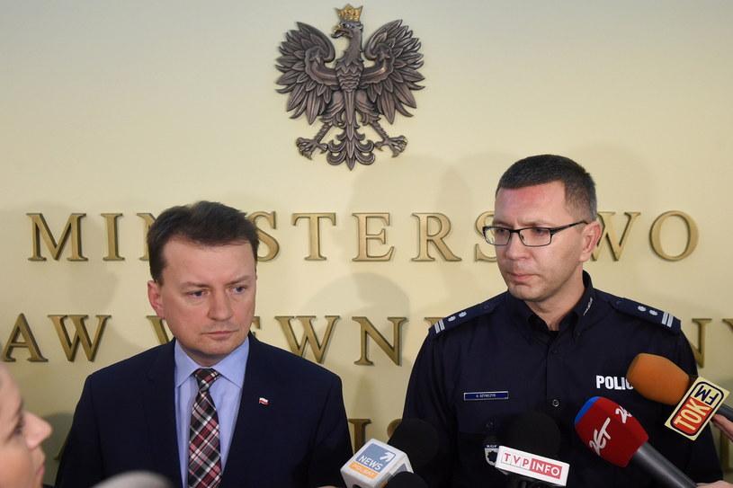 Mariusz Błaszczak i mł. insp. Andrzej Szymczyk /Radek Pietruszka /PAP