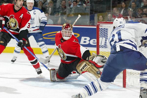 Mariusz Czerkawski (z prawej), grając w Toronto Maple Leafs strzelał na bramkę słynnego Dominika Haszka z Ottawa Senators. /AFP
