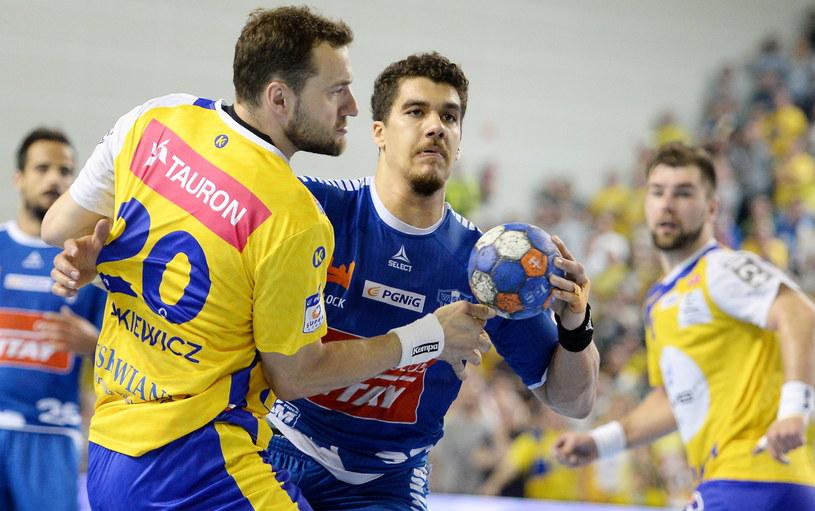Mariusz Jurkiewicz (z lewej) w starciu z Jose De Toledo /Fot. Piotr Polak /PAP