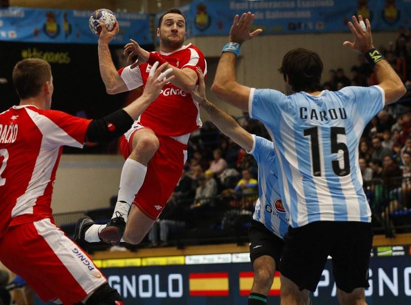 Mariusz Jurkiewicz (z piłką) w czasie meczu z Argentyną /PAP/EPA
