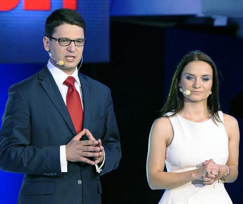 """Mariusz Kamiński i Ilona Klejnowska w sztabie wyborczym PiS. Projektantka w Internecie pochwaliła się, że """"kocha ten stan"""" /Jan Bielecki /East News"""