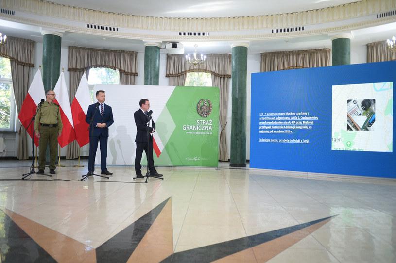 Mariusz Kamiński i Mariusz Błaszczak podczas poniedziałkowej konferencji /Zbyszek Kaczmarek /Reporter