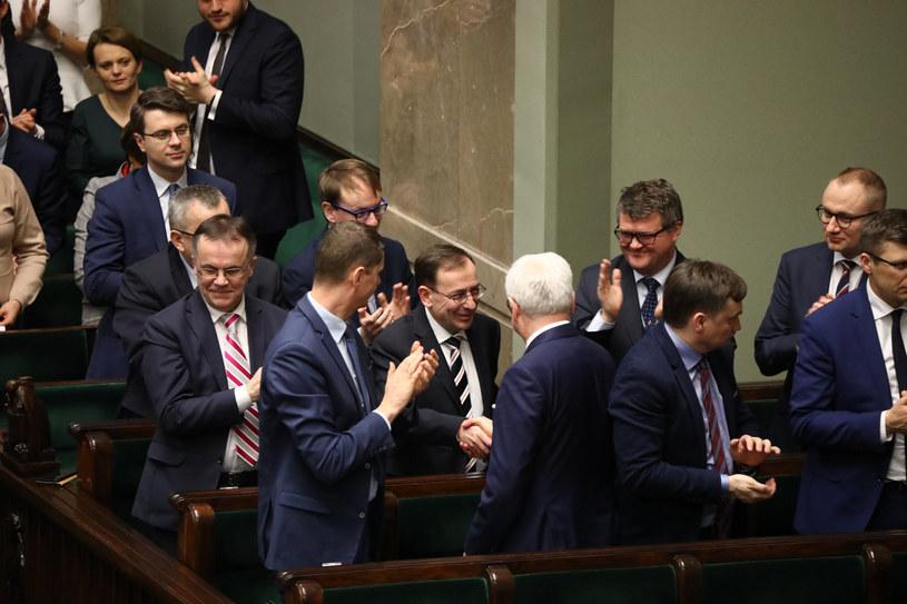 Mariusz Kamiński w otoczeniu polityków PiS /Piotr Molecki/East News /East News