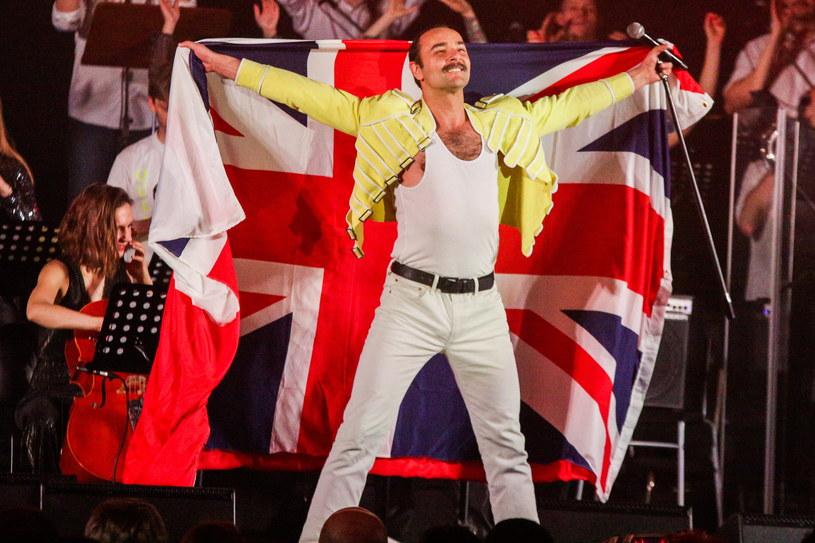 Mariusz Ostrowski jako Freddie Mercury podczas wieczoru Queen symfonicznie we Wroclawiu / Krzysztof Zatycki /Agencja FORUM