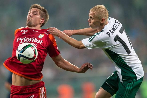 Mariusz Pawelec (z prawej) ze Śląska próbuje zatrzymać gracza IFK Goeteborg /Maciej Kulczyński /PAP