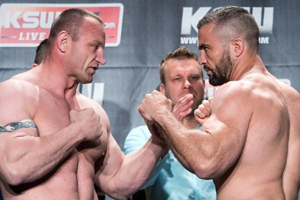 Mariusz Pudzianowski (z lewej) wygrał z Olim Thompsonem /Fot. Łukasz Dejnarowicz /Agencja FORUM