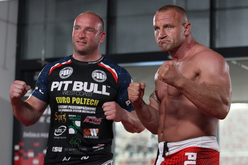 Mariusz Pudzianowski (z prawej) i Tyberiusz Kowalczyk wejdą do klatki tuż przed walką wieczoru /fot. Marcin Szymczyk /Newspix